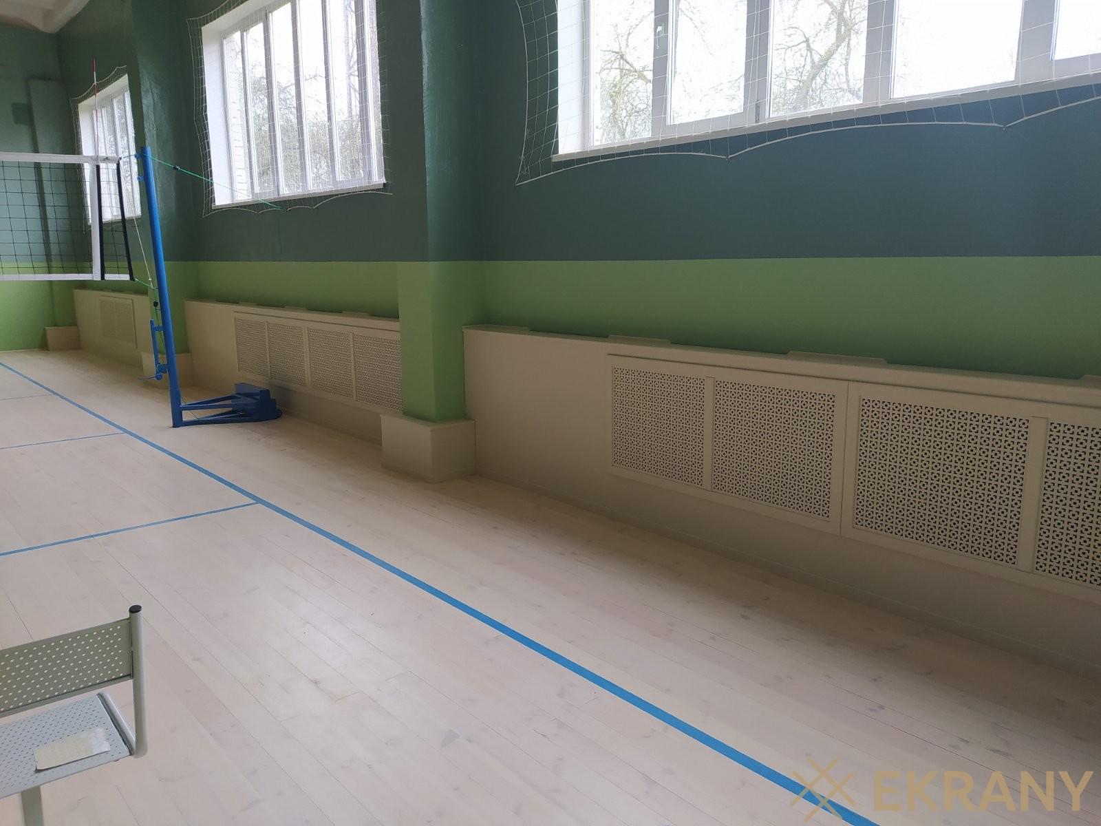 Зашивка стен и батарей в спортивном зале